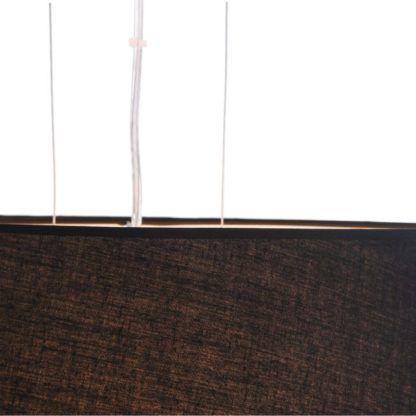 Czarna lampa wisząca zawieszona na srebrnych cienkich linkach