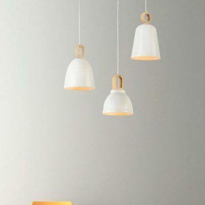 3 lampy wiszące biało drewniane na szarej ścianie