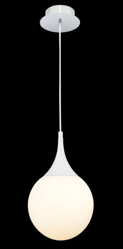 biała szklana kula z lampy wiszącej na czarną ścianę
