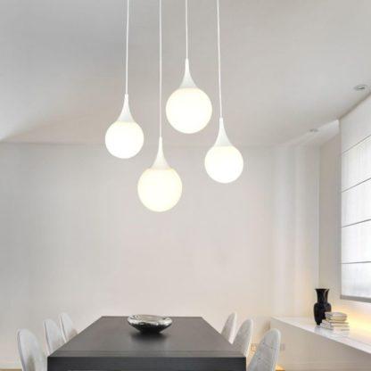 lampa wisząca z 4 kul nad stołem - szklana