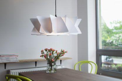 oryginalna lampa z białym kloszem i czarnym przewodem - aranżacja