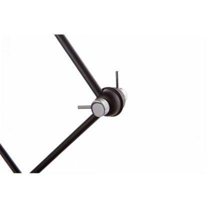 czarna lampa wisząca o ruchomym ramieniu zakończonym metalowymi detalami