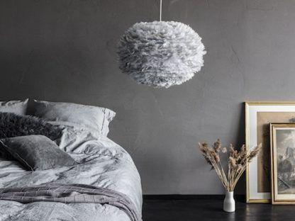 szara lampa wisząca z piór, styl skandynawski, klosz kula - aranżacja sypialnia