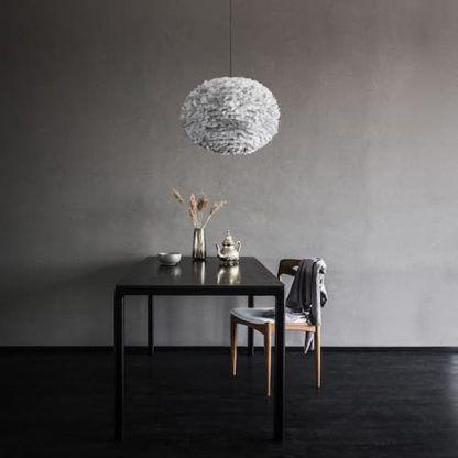 szara lampa w stylu skandynawskim, okrągły klosz z piór