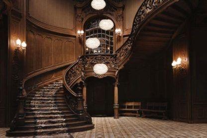 duże, kuliste lampy wiszące z naturalnych piór, białe klosze - aranżacja klasyczne schody i przedpokój