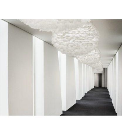 duża lampa wisząca z okrągłym kloszem, biała kula wykonana z naturalnych piór - aranżacja korytarz
