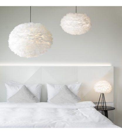 biała lampa w stylu skandynawskim, klosz w kształcie kuli - aranżacja biała, nowoczesna sypialnia