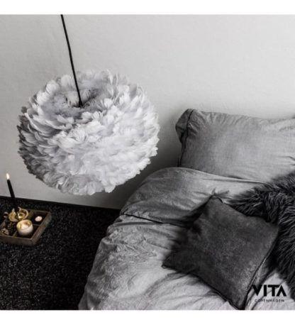 szara lampa wisząca z barwionych piór - aranżacja szara