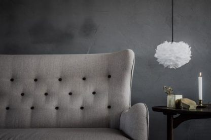 mała lampa wisząca w skandynawskim stylu, biały klosz z piór - aranżacja szary salon