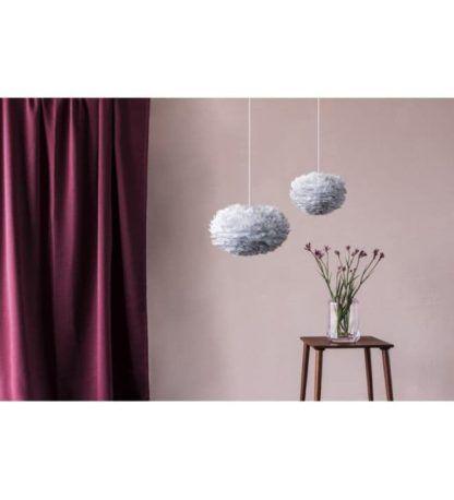 szara lampa wisząca z kloszem kulą, szare pióra - aranżacja pastelowa