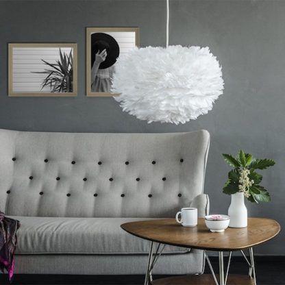 biała lampa z okrągłym kloszem z delikatnych piór - aranżacja skandynawski salon w szarości