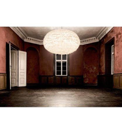 duża lampa wisząca z okrągłym kloszem z piór - aranżacja