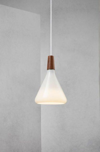 lampa wisząca w nowoczesnym stylu, klosz z mlecznego szkła z drewnianymi elementami