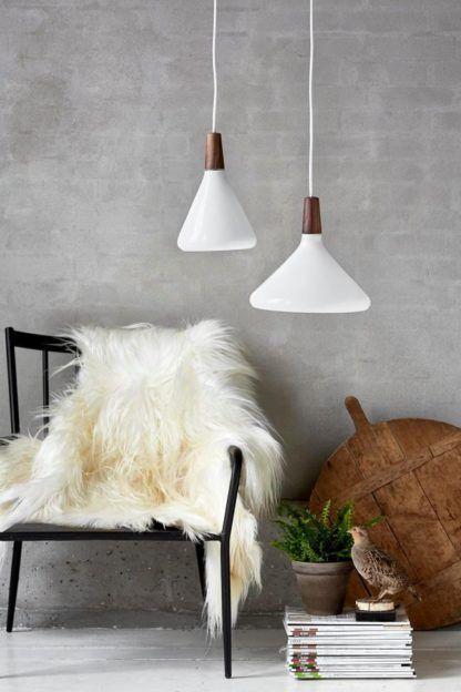 biała lampa wisząca w stylu skandynawskim, klosz otwarty na dół - aranżacja scandi
