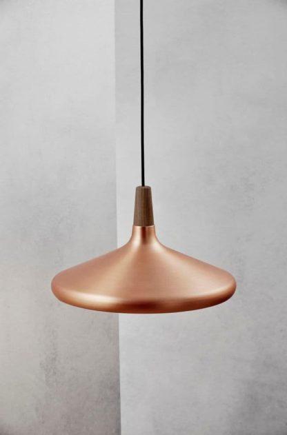 miedziana lampa wisząca z płaskim kloszem, styl industrialny, drewniane elementy