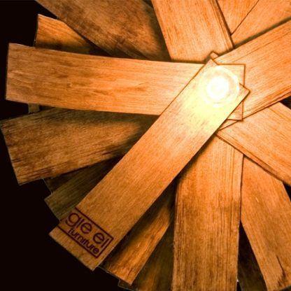 industrialna lampa wisząca z drewnianych elementów