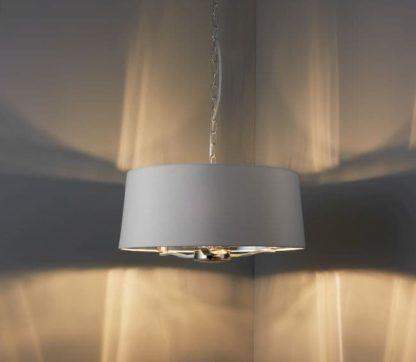 srebrna lampa wisząca na łańcuchowym zwisie z dużym białym kloszem