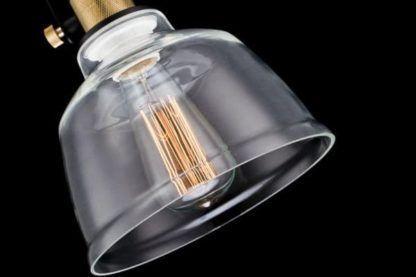 żarówka edisona w lampie wiszącej z ciemnym szkłem