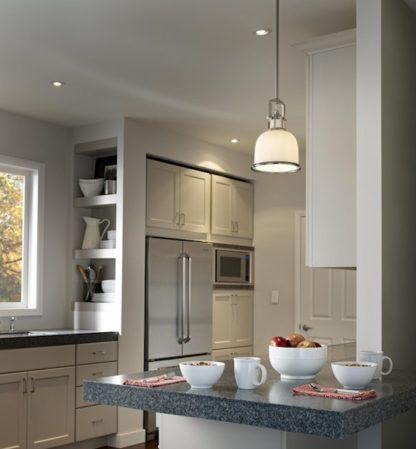 szklana lampa wisząca w klasycznym stylu - aranżacja kuchnia modern classic