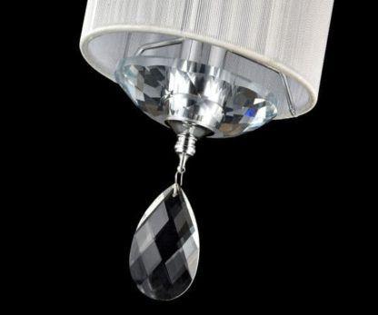kryształ wiszacy pod lampą