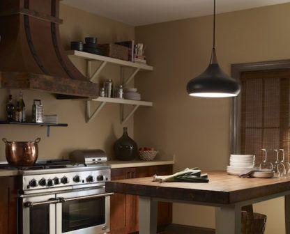 czarna lampa wisząca z kloszem rozszerzanym na dole - aranżacja kuchnia