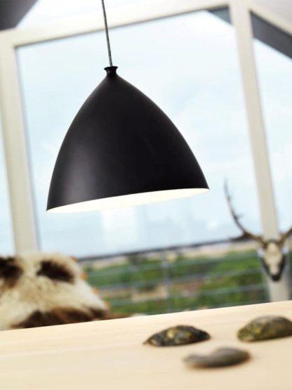 duża lampa wisząca w nowoczesnym stylu, czarny klosz biały w środku