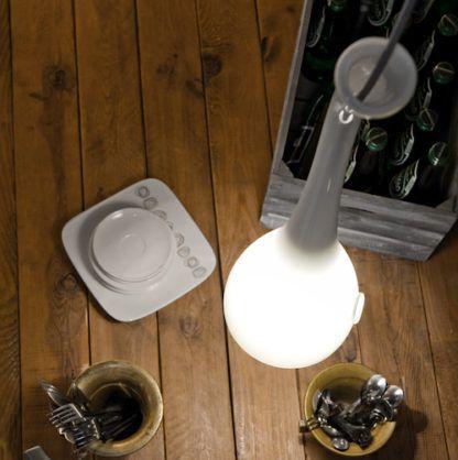 szklana lampa wisząca w stylu nowoczesny, biała - aranżacja