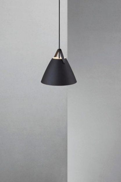 mała lampa wisząca z czarnym, matowym kloszem