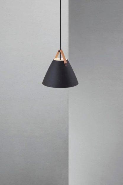 niewielka lampa wisząca z czarnym kloszem, styl skandynawski