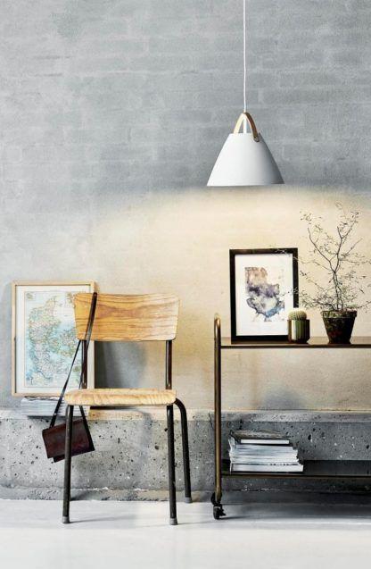 biała lampa wisząca, skandynawski styl, klosz stożek na skórzanym pasku brązowym -aranżacja