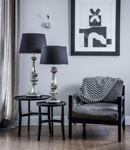elegancka lampa stołowa ze srebrną podstawą i czarnym abażurem - aranżacja Modern classic