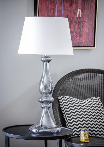 wysoka lampa stołowa z białym abażurem, szara podstawa z barwionego szkła - aranżacja