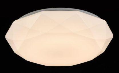 biały plafon o ciekawym kształcie