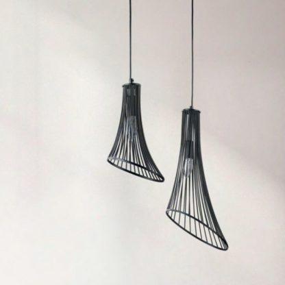 dwie kształtne lampy czarne z drutów pionowych - wiszaca