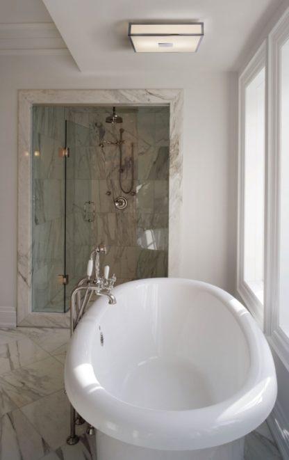 kwadratowy plafon do łazienki, biały klosz - aranżacja