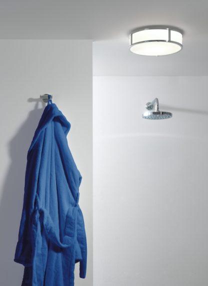 duży plafon do łazienki z białym kloszem ze szkła i srebrną oprawą