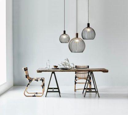 ażurowa lampa wisząca z metalu, druciane pręty, styl industrialny