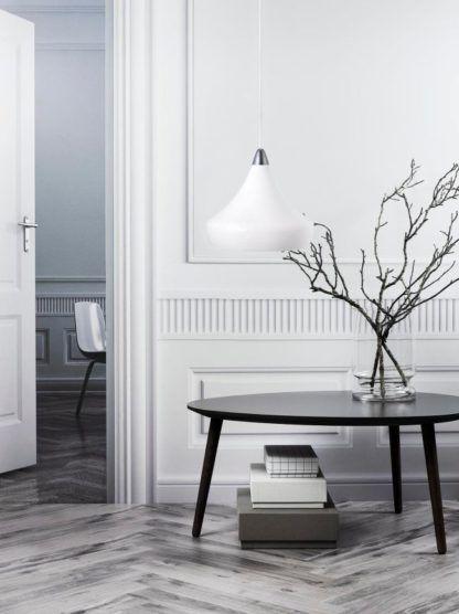 biała lampa ze stożkowym kloszem, chromowane detale, styl nowoczesny - aranżacja