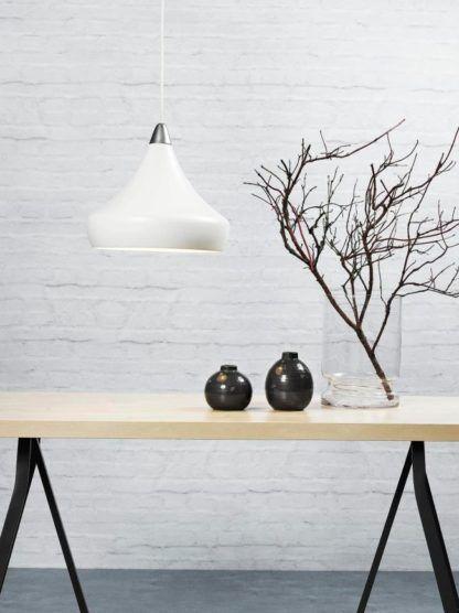 biała lampa wisząca ze stożkowym kloszem, styl nowoczesny - aranżacja