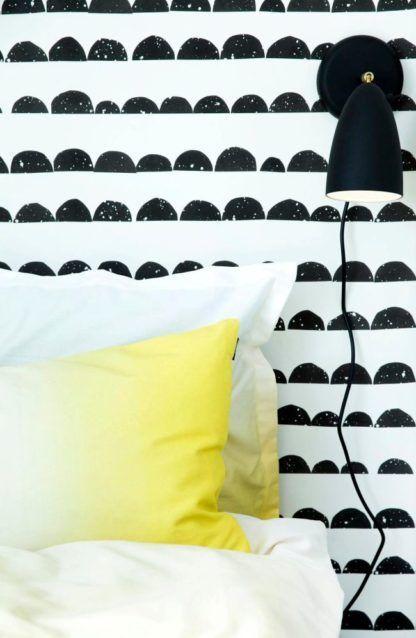 czarny, matowy kinkiet w stylu skandynawskim -aranżacja sypialnia nowoczesna