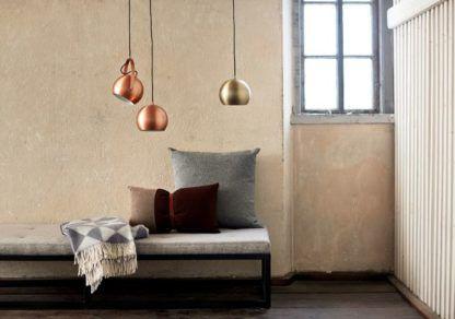 metalowa lampa wisząca, kula, styl industrialny - aranżacja