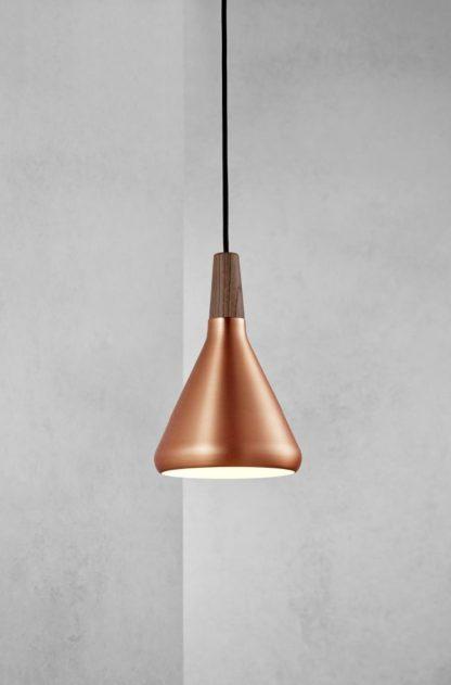 lampa wisząca z małym, miedzianym kloszem i drewnianą końcówką