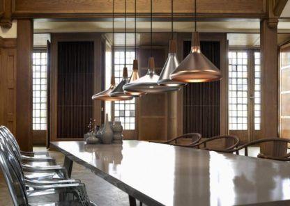 miedziana lampa wisząca z drewnianym detalem - aranżacja