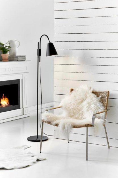 prosta lampa podłogowa, czarny mat, styl skandynawski - aranżacja z kominkiem w salonie