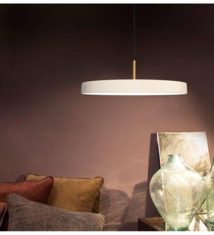 lampa wisząca z płaskim kloszem, kolor perłowa biel - aranżacja salon