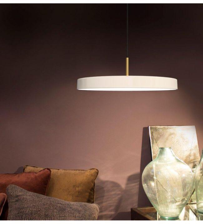 aranżacja białej lampy wiszącej asteria w salonie