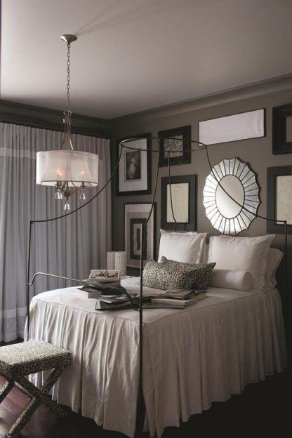 nieduży żyrandol w stylu glamour, kryształy i abażur - aranżacja sypialnia