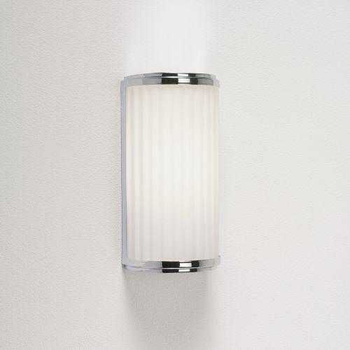 pionowy kinkiet do łazienki, klosz z mlecznego szkła harmonijka - aranżacja