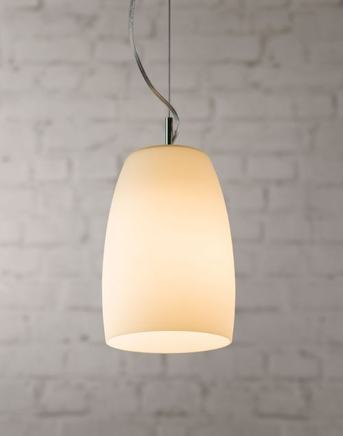 nowoczesna lampa wisząca z białego, mlecznego szkła - aranżacja salon z białą kanapą