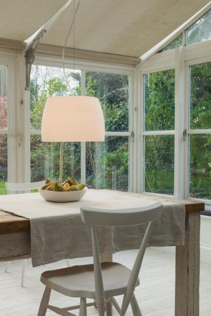 nowoczesna lampa wisząca z dużym, szklanym kloszem - mleczne szkło - aranżacja